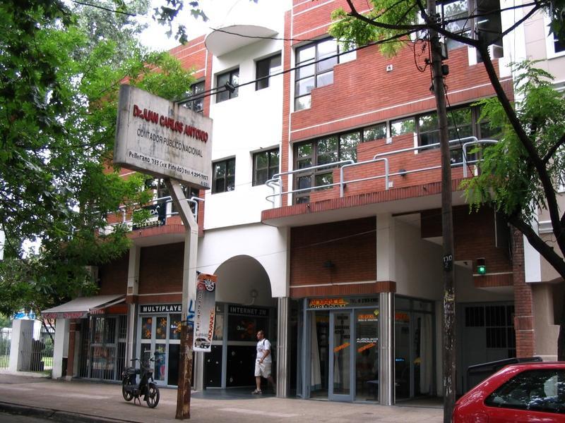 Importante edificio de oficinas en Adrogué.