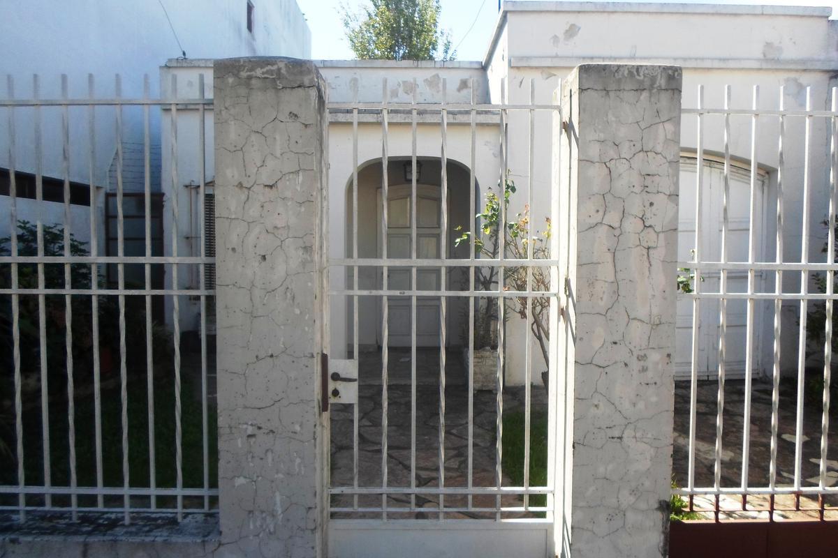 Casa en lote propio 303m2. Excelente ubicacion, una cuadra de Av Centenario