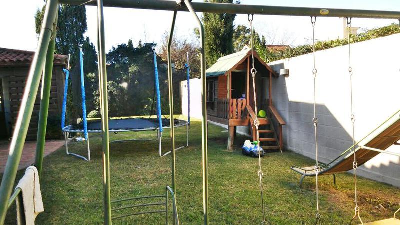 Foto Casa en Venta en  Carrasco ,  Montevideo  Predio cerrado, impecable, 4 dorm servicio