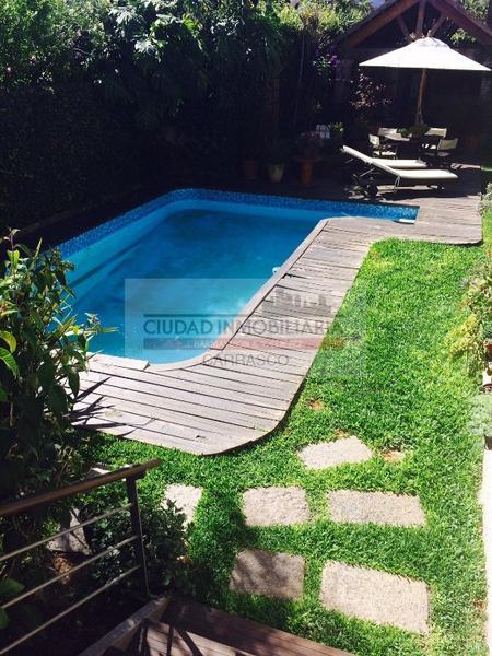 Foto Casa en Venta en  Carrasco ,  Montevideo  Zona tranquila, más 5 dorms