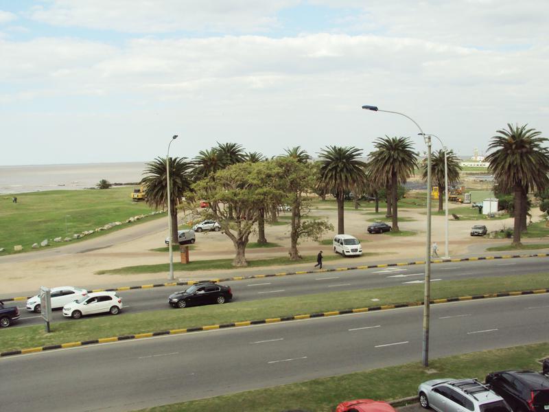 Foto Departamento en Alquiler en  Punta Carretas ,  Montevideo  Sobre el mar. Excelente unidad con servicio completo