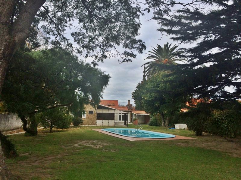 Foto Casa en Venta en  Carrasco ,  Montevideo  Parque, piscina, excelente zona