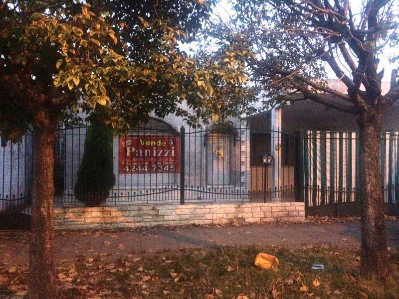 Foto Casa en Venta |  en  Lomas De Zamora ,  G.B.A. Zona Sur  MENTRUYT 1179