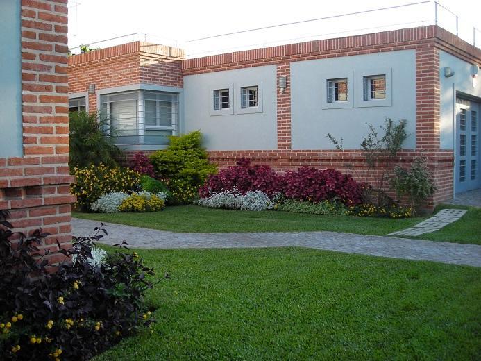 Foto Casa en Venta en  Castelar,  Moron  Montes de Oca