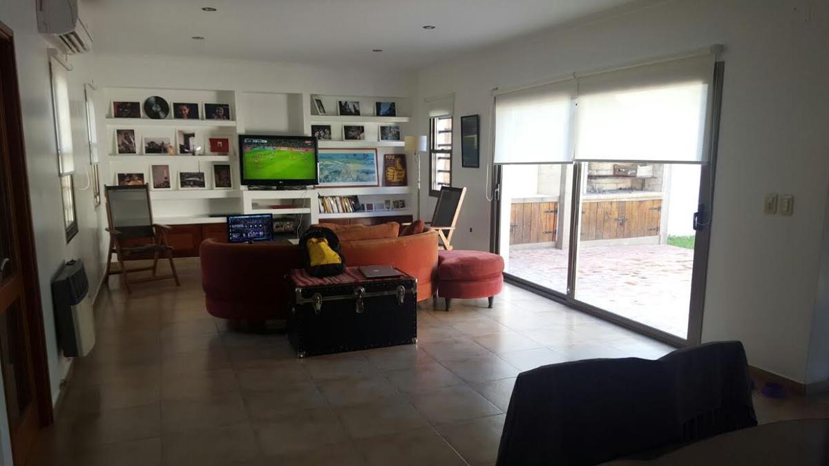 Foto Casa en Venta en  Manuel B Gonnet,  La Plata  24 e/ 491 y 492