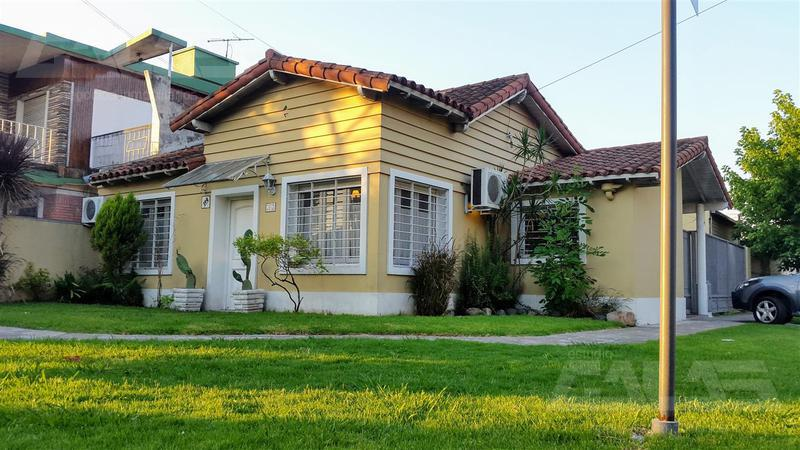 Foto Casa en Venta en  Castelar,  Moron  Cadiz Nº3007 esquina arrecifes